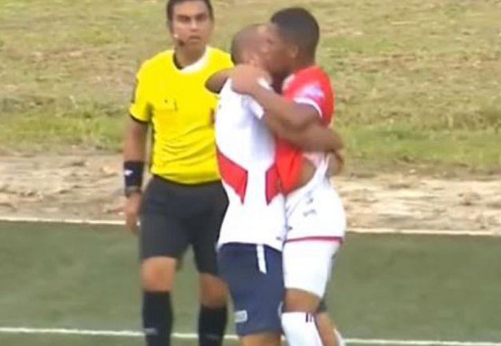 En el fútbol peruano, Juan Morales y Adrián Zela fueron expulsados tras este inédito cruce. (Foto: Captura de video)