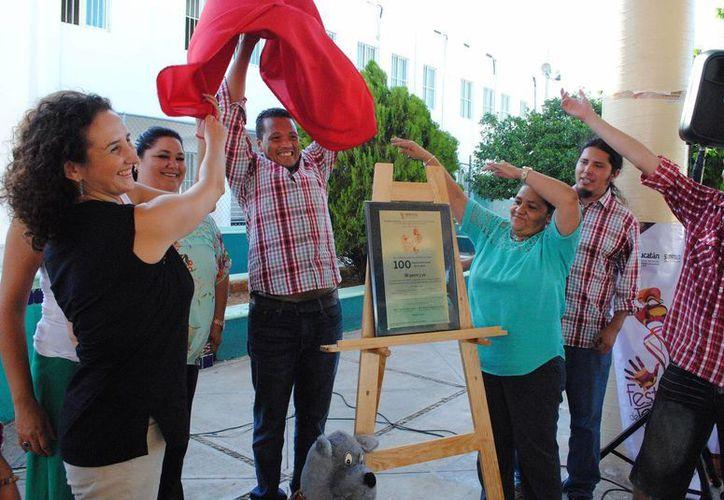 Actores se mostraron emocionados y agradecieron el reconocimiento. Imagen del momento de la develación de la placa en el Caimede de Mérida. (Milenio Novedades)
