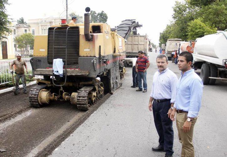 El retiro del asfalto se realiza con apoyo de maquinaria pesada. (Milenio Novedades)