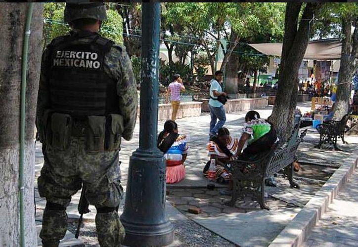 Militares y policías estatales recorren las calles de Chilapa, Guerrero. (twitter/@emeequis)