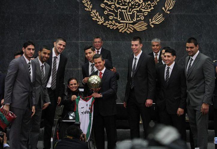Los ganadores del Premio Nacional de Deportes con el presidente Enrique Peña Nieto en la residencia oficial de Los Pinos. (Notimex)