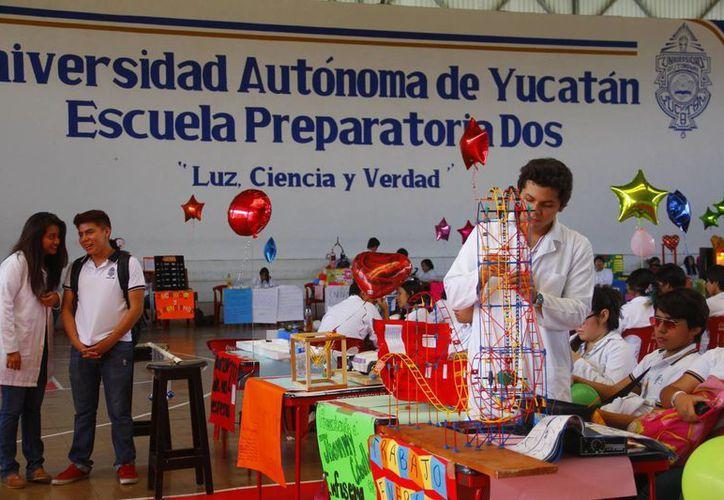 Alumnos de la Prepa 2 de la Uady durante la Sexta Feria Científica. (Juan Albornoz/SIPSE)