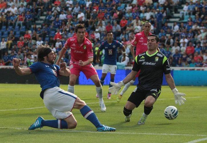 El argentino Mariano Pavone se reencontró con el gol y así ayudó al Cruz Azul a conseguir 3 puntos frente al León, en Apertura 2014 de Liga MX. (NTX)