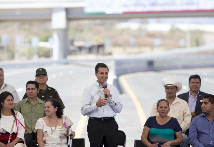 Peña Nieto inauguró este jueves la vía Amecameca (Edomex) hacia Cuautla (Morelos). (Presidencia)