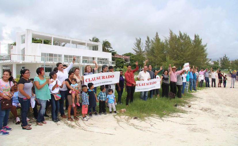Participaron ciudadanos y organizaciones civiles en la clausura simbólica del edificio del Crea. (Luis Soto/SIPSE)