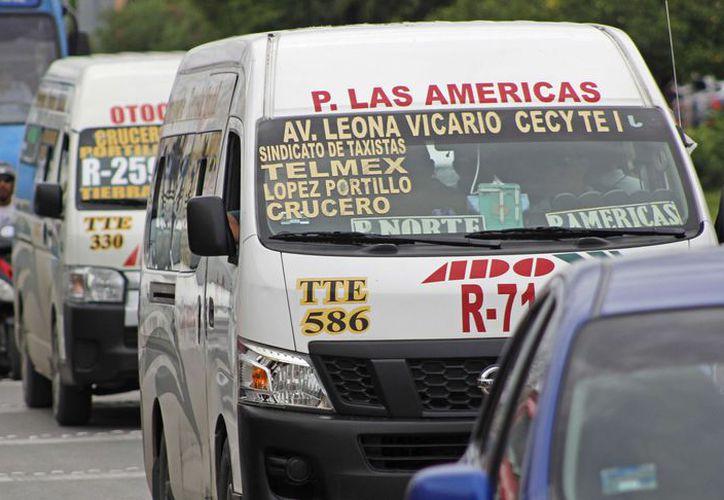 Las unidades de transporte público, tanto camiones como combis que circulan sobre la avenida Nichupté. (Jesús Tijerina/ SIPSE)
