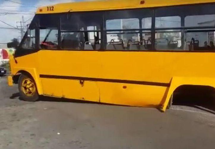 El camión terminó 'sentado' en el pavimento sin llantas traseras. (Captura de pantalla de un video de Sipse Noticias)