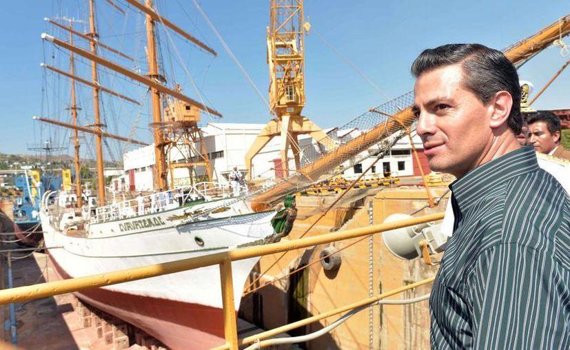 El presidente Enrique Peña Nieto reconoció que México no puede seguir igual. La imagen es de reciente gira del Mandatario por Oaxaca. (Notimex)