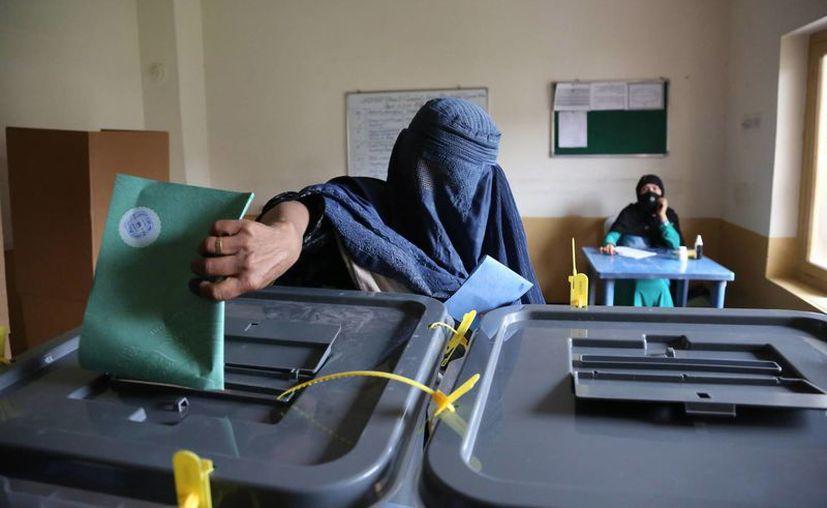 Una mujer vota en Jalalabad, al este de Kabul, en desafío a las amenazas del Talibán, en la primera transferencia democrática del poder en el país. (Agencias)