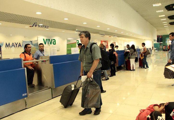Al terminar las vacaciones de fin de año los turistas empezaron su regreso. Imagen de la zona de <i>check in</i> del Aeropuerto internacional de Mérida. (Milenio Novedades)