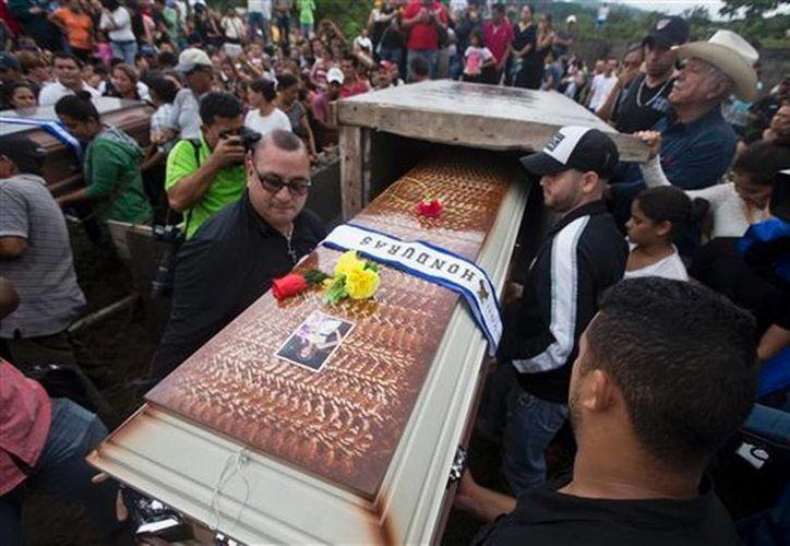Familiares y amigos llevan el féretro de María José Alvarado, la Miss Honduras de 19 años que fue asesinada la semana pasada, en Honduras. (Agencias)