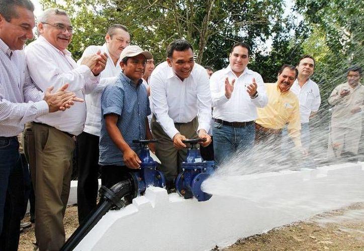 El gobernador Rolando Zapata entregó obras y acciones por más de 82 millones de pesos en gira de trabajo por Valladolid. (Cortesía)
