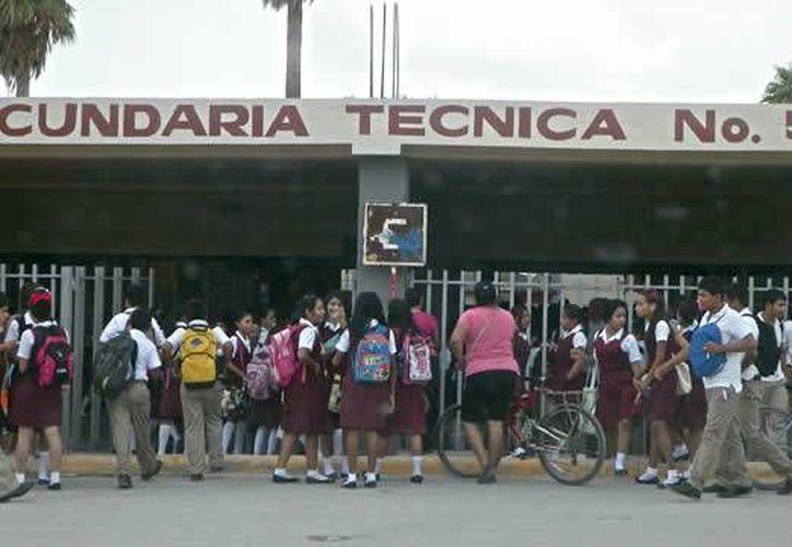 Los jóvenes estudiantes de la secundaria 56 fallecieron al ser arrollados cuando esperaban el transporte público. (metronoticias.com.mx)