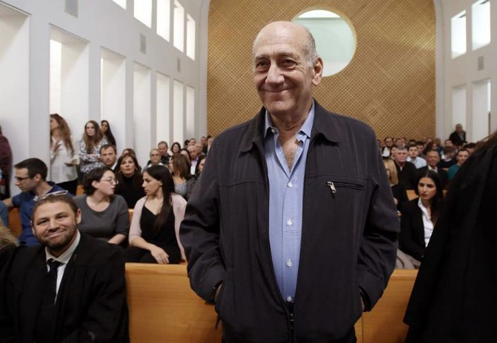 El ex primer ministro israelí, Ehud  Olmert, se ve en la sala del tribunal mientras se espera a que los jueces del Tribunal Supremo en Jerusalén. (Agencias)