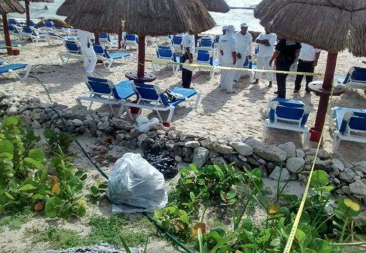 Trabajadores de limpieza de playas de un hotel hallaron una bolsa con varios paquetes de droga. (Sara Cauich/SIPSE)