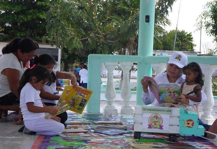 Los bibliocarritos fungen como motivadores de la lectura entre niños y jóvenes. (Redacción/SIPSE)