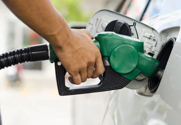 La Profeco y la CRE trabajan en una App para que los usuarios denuncien a las gasolineras que no les den litros completos. (Mientras Tanto en México)