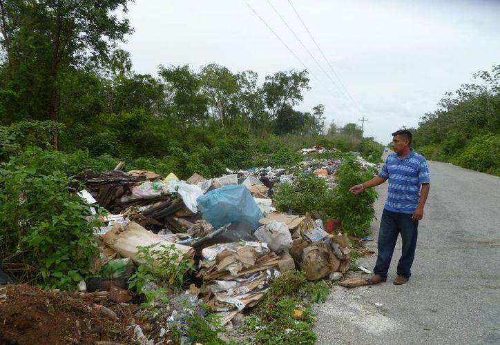 El tiradero de basura se ubica a tres kilómetros del poblado de Agua Azul. (Raúl Balam/SIPSE)