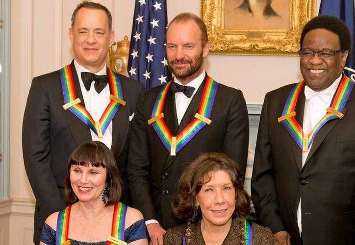 Tom Hanks y Sting (arriba) estuvieron entre los artistas galardonados por el Centro Kennedy por su influencia sobre la vida norteamericana. (telemundo47.com)