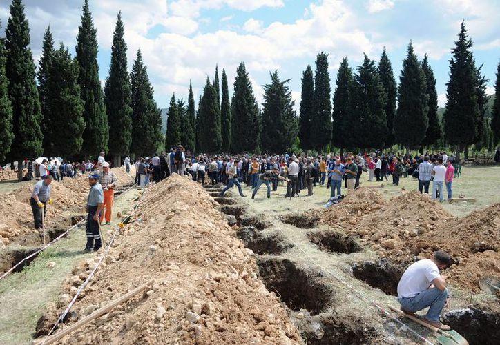 Tumbas en serie en Soma a consecuencia de la explosión en una mina en Turquía. (Foto: AP)