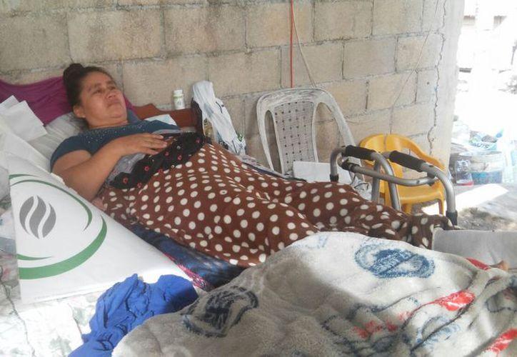 A Liliana Madrigal Hernández le detectaron dos hernias en los discos de la columna vertebral hace tres años y continúa sin recibir atención. (Carlos Castillo/SIPSE)