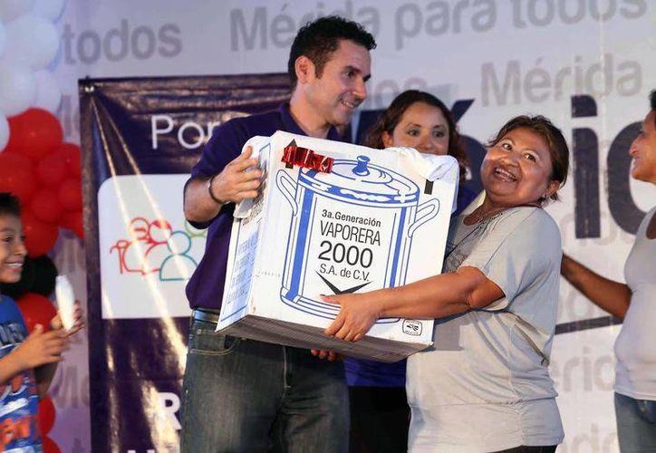 Entre los asistentes a la posada navideña del DIF Mérida se rifaron diversos artículos. (Cortesía)