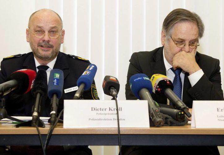 El presidente de la Policía de Dresde, Kieter Kroll (izq), y el fiscal jefe de Dresde, Erich Wenzlick, dan una rueda de prensa en Dresde, Alemania. (EFE)