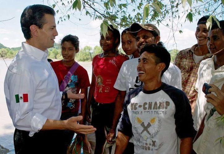 El presidente Enrique Peña  prometió concluir con la reconstrucción de inmuebles  dañados en Guerrero por los sismos de 2011 y 2012. (presidencia.gob.mx)
