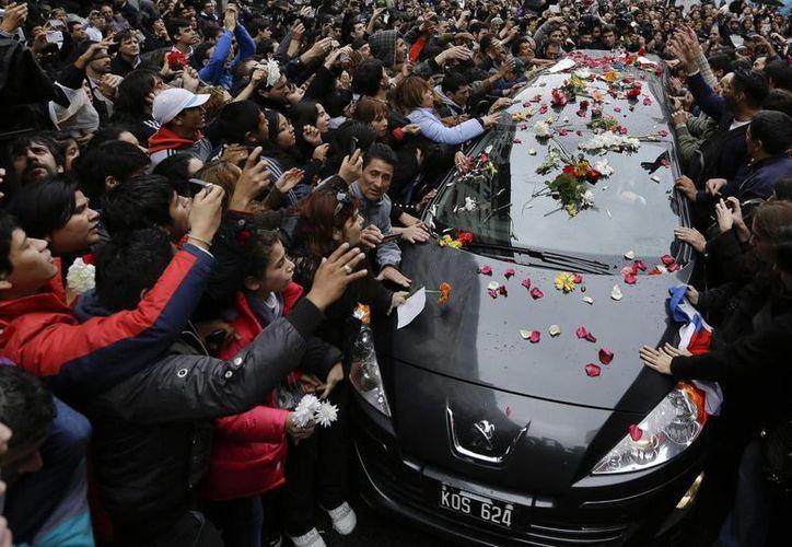Miles de fanáticos acudieron a despedir a Gustavo Cerati en un cementerio en Buenos Aires. (Agencias)