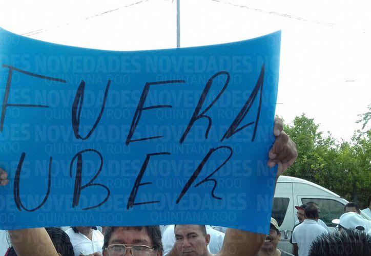 Cientos de taxistas se manifestaron afuera de las oficinas de Sintra. (Jesús Tijerina/SIPSE)