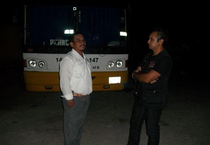 Jorge Moreno entrevista a uno de los choferes en la terminal de autobuses de Huhí. (SIPSE)