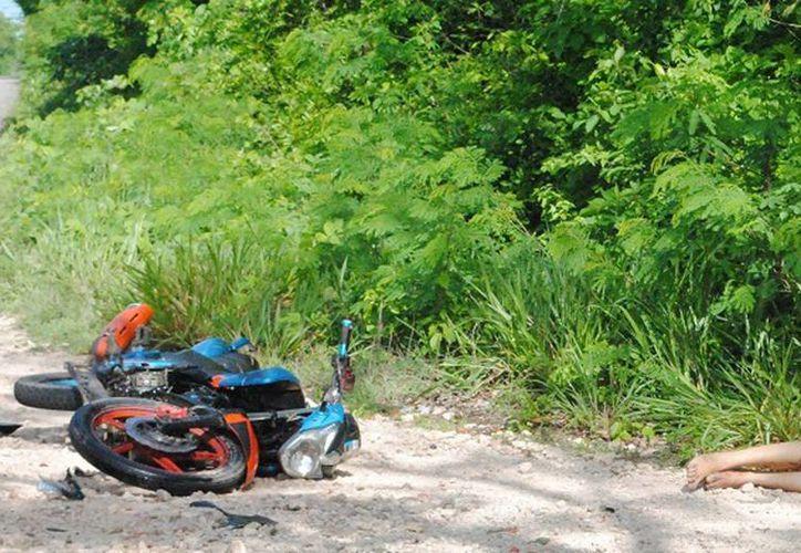 Un camión cargado de piedras se le atravesó en el camino a un motociclista, quien no pudo controlar el vehículo de 2 ruedas y derrapó. (Milenio Novedades)