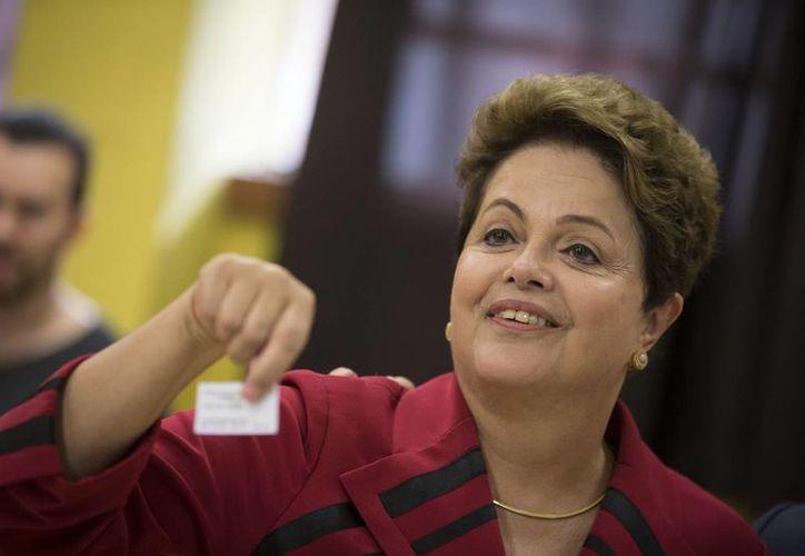 Dilma Rouseff encabeza los sondeos previos a la elección y podría renovar su mandato por cuatro años más. (AP)