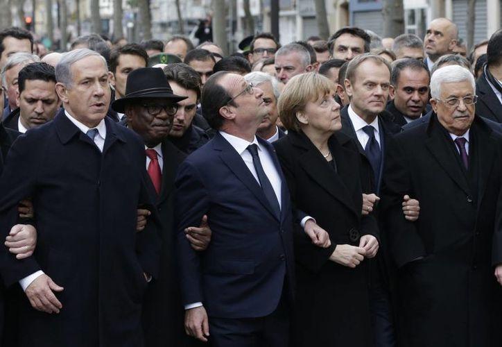 Acompañado de líderes mundiales, el presidente de Francia, Francois Hollande marchó en París contra el terrorismo. (AP)