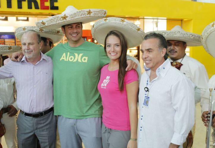 Kaitlin y su esposo Michael (centro) posan con autoridades del sector turístico de Cancún. (Jesús Tijerina/SIPSE)