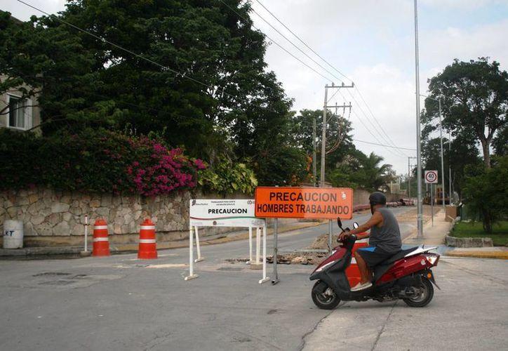 Las obras de intrducción de tuberías de la CAPA causa molestia a los vecinos de Xcalacoco por el cierre de calles. (Octavio Martínez/SIPSE)