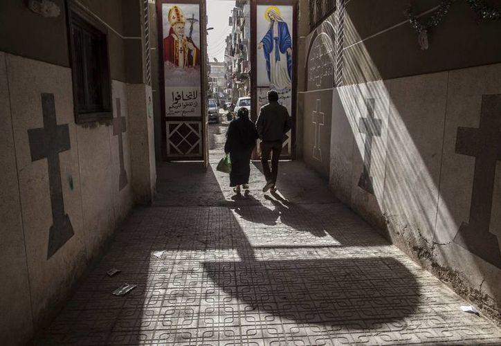 Cristianos coptos caminan afuera de la iglesia de San Marcos en Menia, al sur de El Cairo, Egipto. (Agencias)