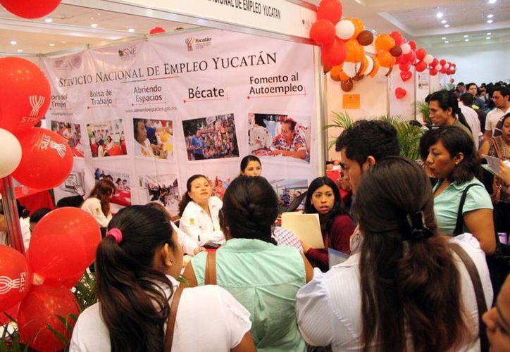 Cientos de novatos interesados en trabajar llegaron a la Feria de Empleo para Jóvenes 2015 desde muy temprano. (Milenio Novedades)