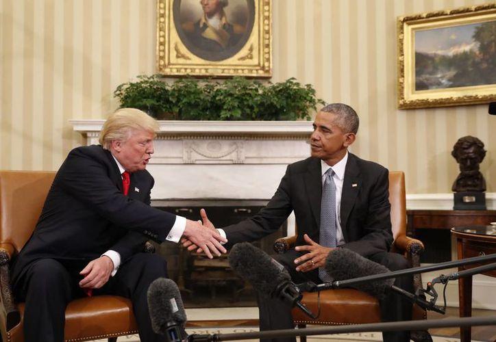 El presidente Barack Obama estrecha la mano del presidente electo de Donald Trump en la Oficina Oval de la Casa Blanca en Washington. (AP/Pablo Martinez Monsivais)