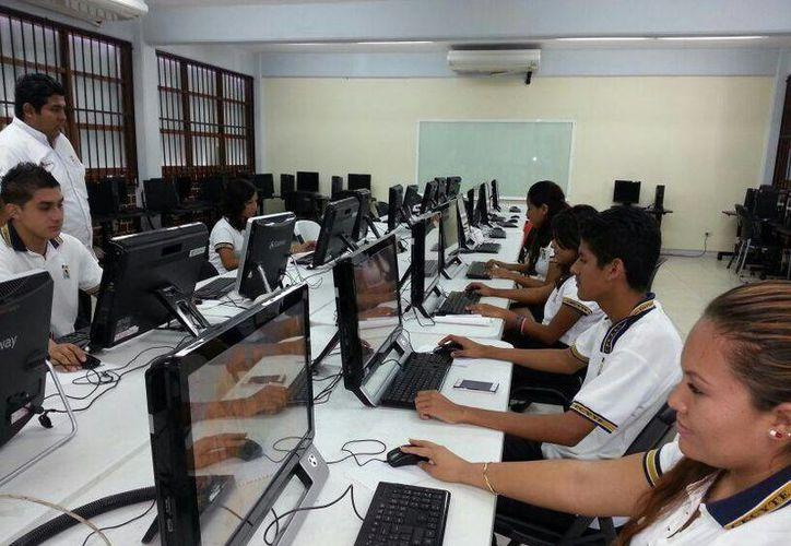 Primero recibirán capacitación en Word, luego Excel y finalizarán en junio con Power Point. (Sergio Orozco/SIPSE)