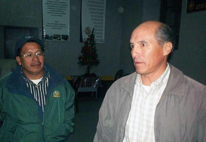 Edgar Leonel López de León, de chamarra gris, autorizó el matrimonio de una joven de 12 años cuando en Guatemala solo se pueden casar las mayores de 14. (stereo100.com.gt)