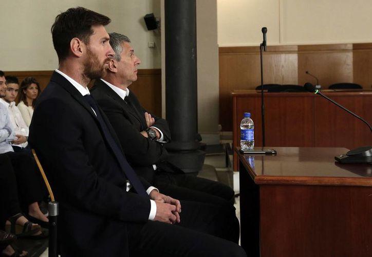 El juicio se espera que termine el viernes, y el veredicto y sentencia podrían anunciarse la próxima semana. En la foto, Messi junto a su padre. (AP)