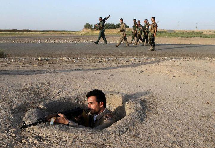 Un soldado peshmerga, miembro las milicias kurdas, monta guardia después de los combates librados en la ciudad de Gwer, 40km al sur de Erbil. (EFE/Archivo)