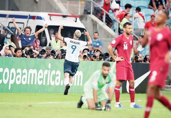 La Albiceleste aprovechó dos yerros defensivos de los árabes para sacar el resultado (AP)