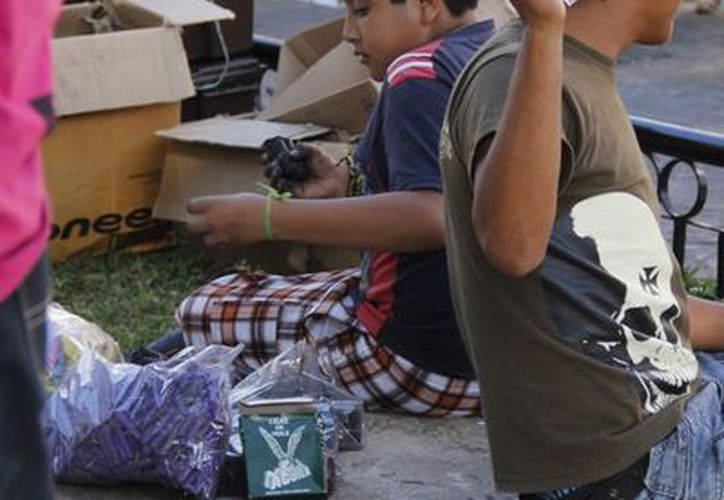 """Protección Civil recomienda que los niños no revienten """"bombitas"""". (Juan Carlos Albornoz/Milenio Novedades)"""