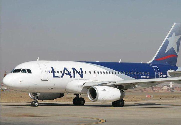 El piloto decidió aterrizar en el aeropuerto de Mendoza, donde la aeronave fue aislada. (Imagen de contexto/informateaca.com)