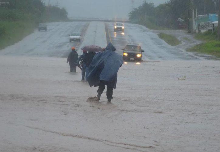 Al mismo tiempo que 'Manuel' castiga la costa de Guerrero (foto), 'Ingrid' lo hace en estados del Golfo de México. (Notimex)