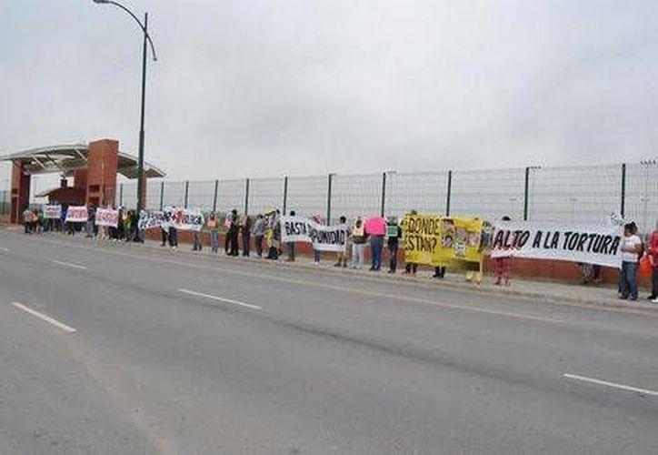 La manifestación de familiares de las víctimas se realizó afuera de la Ciudad Deportiva, que usa como campamento la Armada. (Ricardo Hernández/MILENIO)