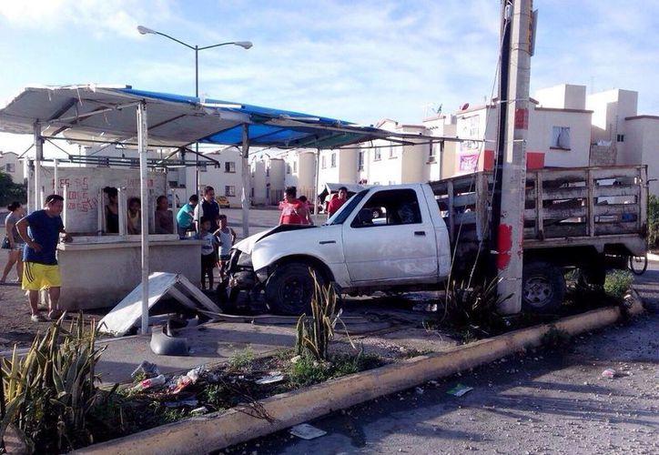 El conductor dejó abandonada su unidad después del accidente. (Redacción/SIPSE)