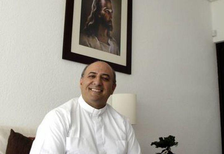 El sacerdote Rafael Pardo Hervás, en entrevista con Milenio Novedades. (Juan Albornoz/SIPSE)